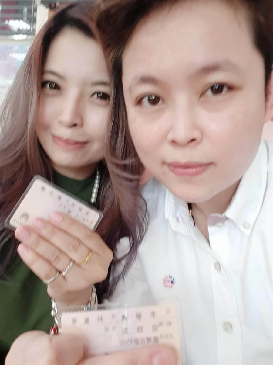 31歲的張小姐(左起)與34歲李小姐交往9年,選在同婚法通過第一天到龍井戶政所登記。(張小姐提供)