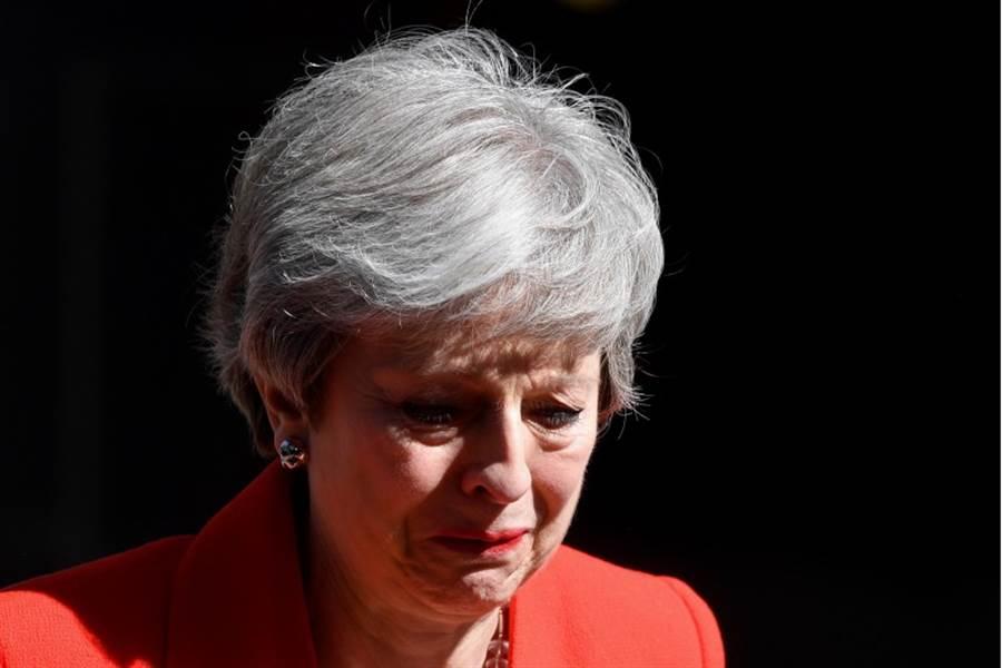 英國首相梅伊強忍著淚,宣佈將於6月7日辭去保守黨黨魁與首相之位。(圖/路透社)