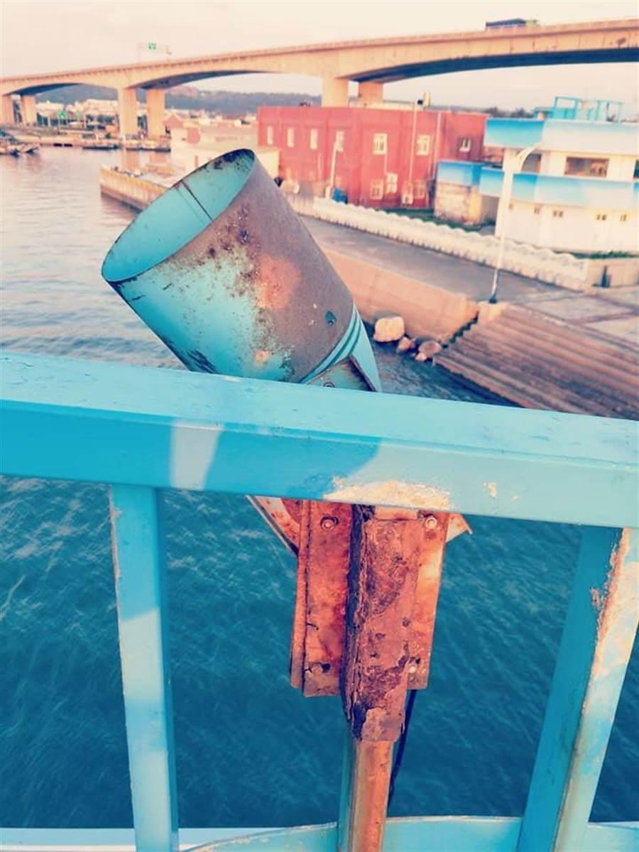 彩虹橋圍欄及燈罩因鹽害嚴重鏽蝕。(巫靜婷翻攝)