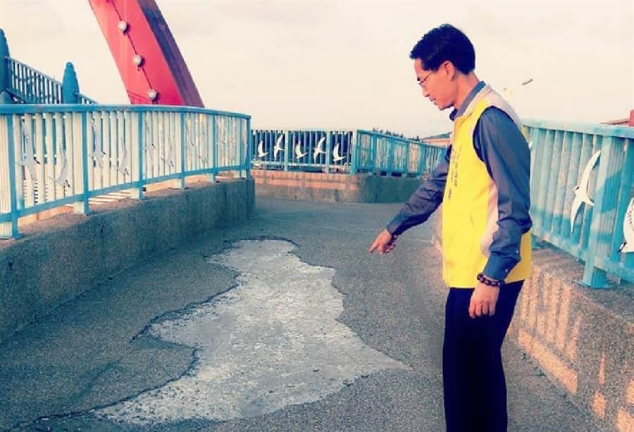 彩虹橋橋面坑坑疤疤,苗栗縣議員張顧礫心痛魅力漁港失色。(巫靜婷翻攝)