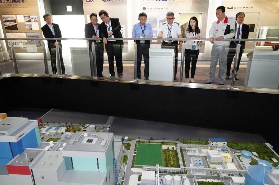 台北市長柯文哲今天參訪磯子火力發電廠,但對於能否作為台灣深澳燃煤電廠參考,他嘆有時候不是技術問題,而是人的問題。(北市府提供)
