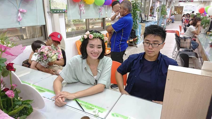 張喬婷(左)與楊家敏帶著兩兒(後方張家父母各抱一個)出席同婚登記。(程炳璋攝)