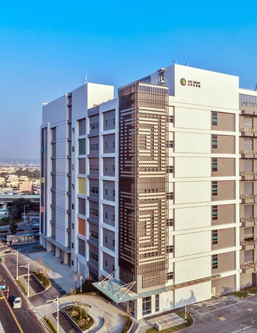 日月光高雄廠K24廠房宣布取得建築碳足跡最高等級「鑽石級」認證,成為全國首座同時獲得「台灣綠建築EEWH」候選認證、與「建築碳足跡」鑽石級認證的半導體廠房。(圖/日月光)