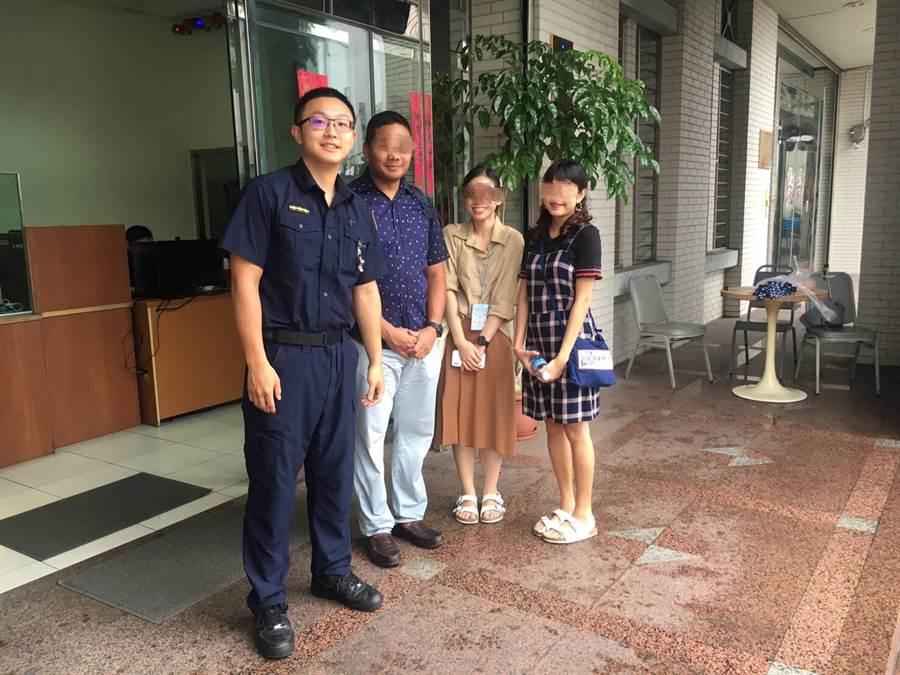 3名泰籍旅客開心地與員警合影留念。(林郁平翻攝)