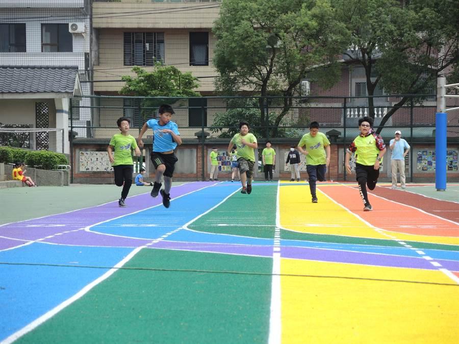 龍星國小的彩虹跑道是桃市首座200公尺標準環形跑道。(邱立雅攝)