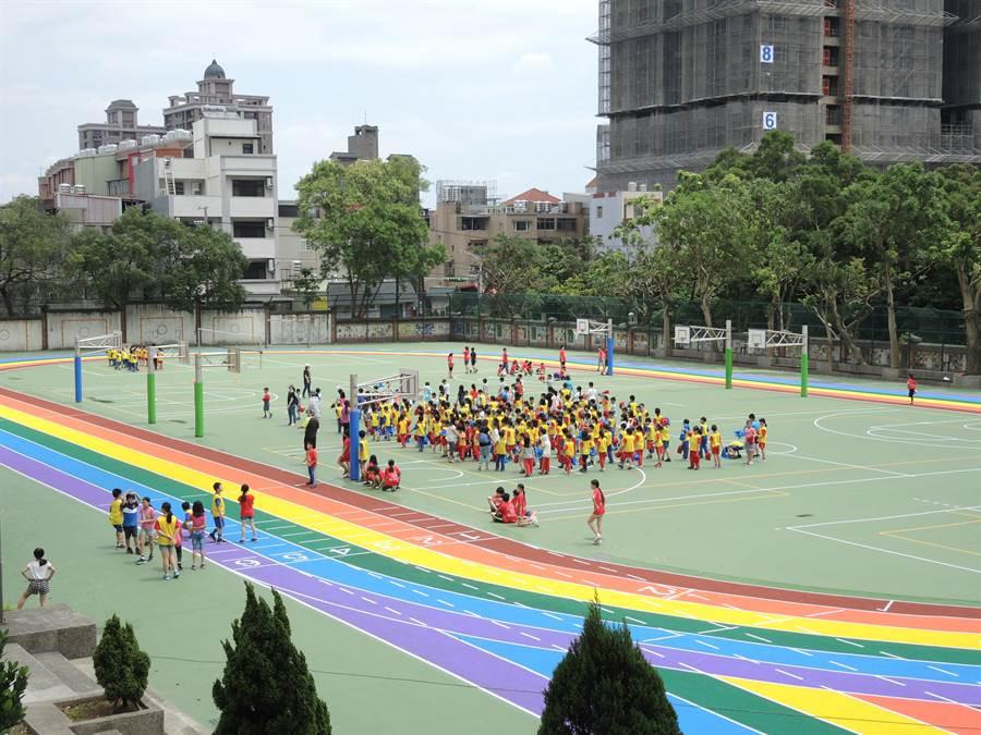 龍星國小用有桃市第一座標準場地跑道,學生們下課都迫不及待衝去操場搶地盤玩耍。(邱立雅攝)