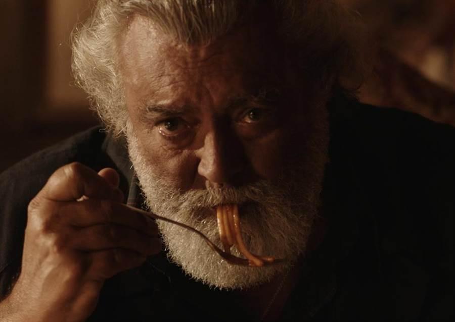 義大利影帝一邊吃麵一邊落淚,展現超神演技。(東昊提供)