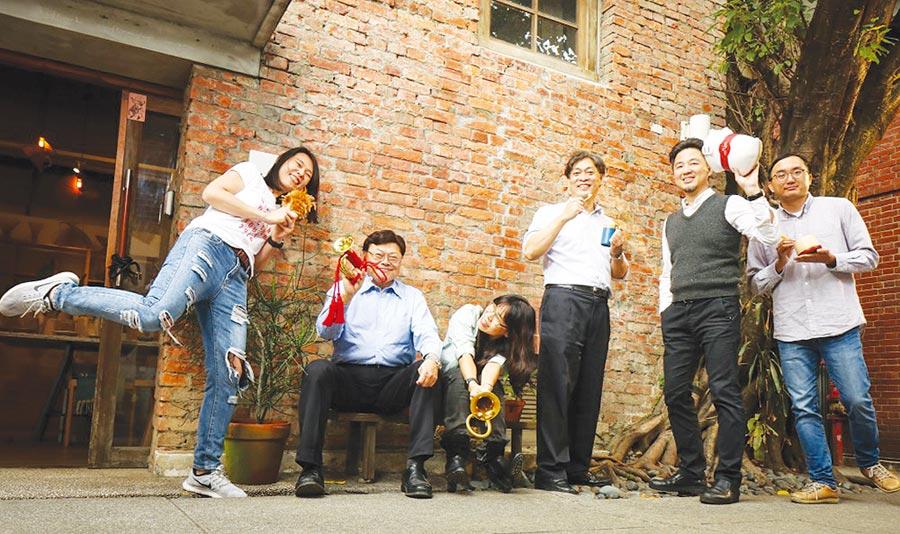 中衛發展中心總經理朱興華(左二)帶領「地方創生工作小組」,深入偏鄉,協助發展地方經濟。圖╱中衛發展中心提供