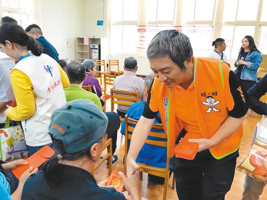 仕招社會福利慈善事業基金會23日前往新竹縣,致贈街友50份500元小紅包,期望能有所幫助。(莊旻靜攝)