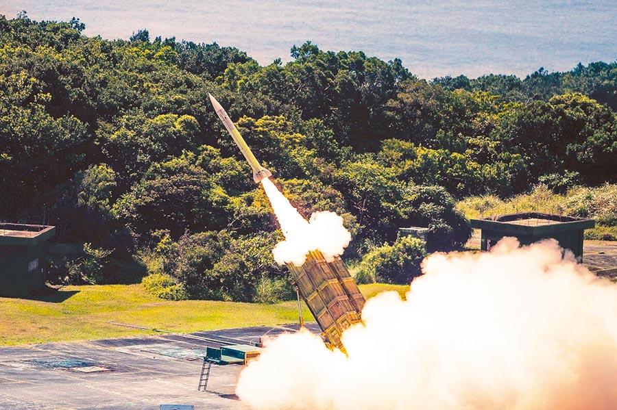 飛彈彈頭也需用到稀土,圖為愛國者飛彈實彈射擊。(軍聞社)