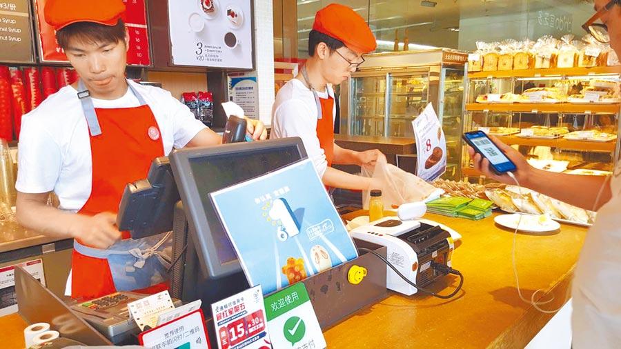 上海一間宜芝多麵包店顧客用支付寶結帳。(記者葉文義攝)