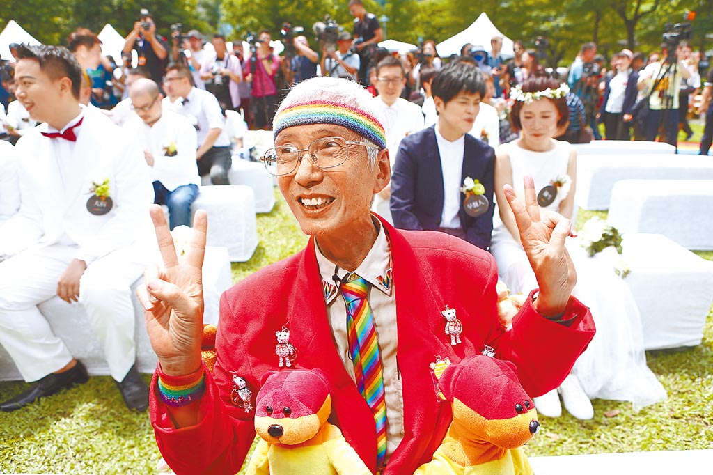 推動同婚33年的資深同運人士祁家威(中)也來到現場證婚。(鄧博仁攝)