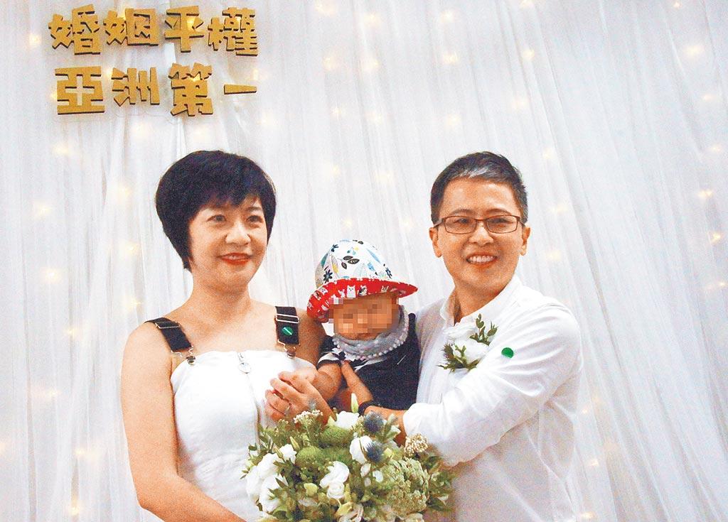 女同志戀人郭董(右)與花兒24日抱著7月大的兒子,在高雄新興區戶政事務所登記結婚,完成終身大事。(曹明正攝)