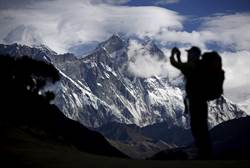 聖母峰攻頂大塞車 登山客等不及猝死