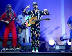 傑森瑪耶茲演唱會請來「神秘嘉賓」 深情對望貼臉合唱