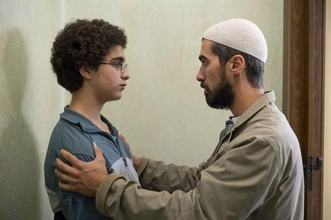 《年輕的阿罕默德》男主角Idir Ben Addi(左)飾演穆斯林青少年。(捷傑電影提供)