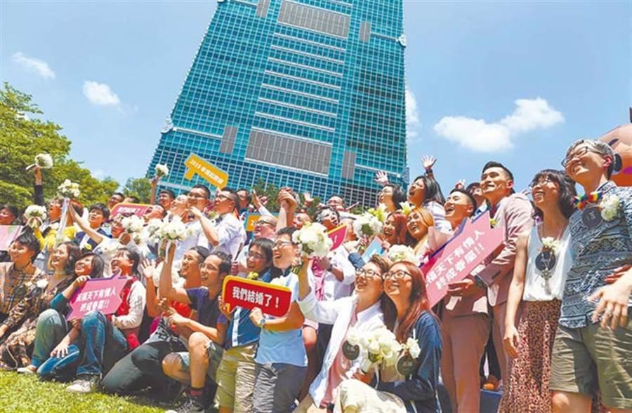 同婚合法首日,婚姻平權大平台24日在台北市信義區戶政事務所外廣場舉辦「亞洲第一」同志新人結婚登記,近20對同志共襄盛舉。(鄧博仁攝)