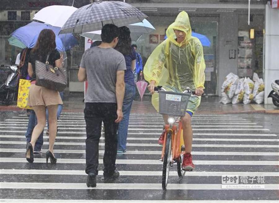 今天(24日)臺灣附近水氣仍多(資料照/張鎧乙攝)