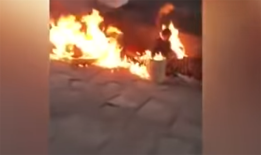 二名街友莫名遭男子縱火,瞬間陷入火海。(圖/翻攝自YouTube)