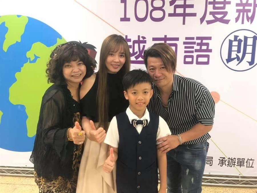 張英傑(右二)在父母及師長陪同下參加新住民越南語朗讀競賽。(呂筱蟬攝)