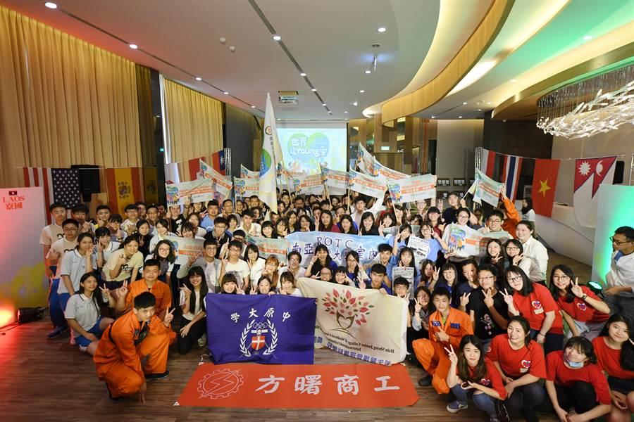 來自各校的21組國際志工團隊,25日在興光堡壘授旗熱血出發,揭開暑期青年國際志工服務序幕。(甘嘉雯攝)