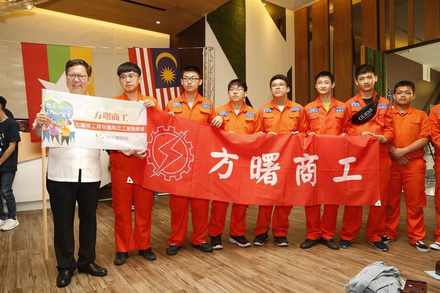 方曙商工飛修科將到馬來西亞服務5年,帶2台空拍機至在地技術學習交流。(甘嘉雯攝)