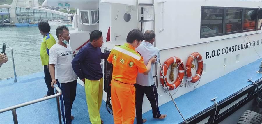 漁船火燒船,海巡救援。(海巡隊提供)
