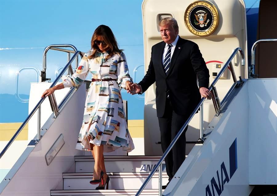 美國總統川普與第一夫人梅蘭妮亞25日搭乘空軍一號抵達東京,兩人神清氣爽地步下飛機。(圖/美聯社)