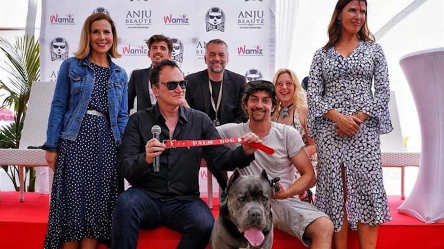 昆丁塔倫提諾(前左2)代表領取金棕櫚狗狗獎。(翻攝自網路)