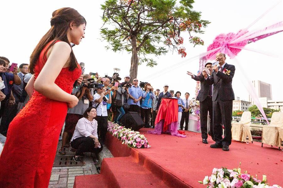 韓國瑜出席愛河畔集團婚禮,笑說自己擔任證婚人其實很緊張。(袁庭堯攝)