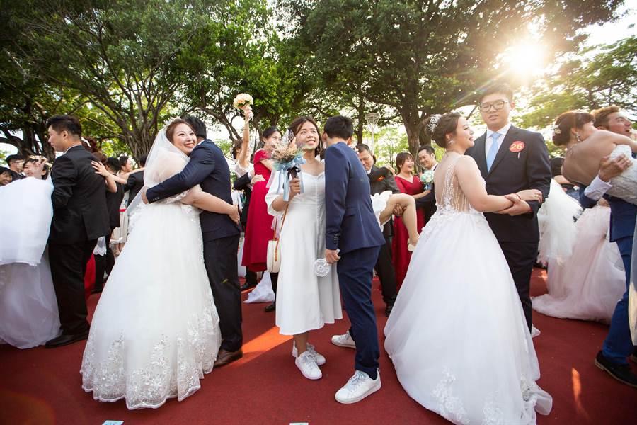 愛河畔集團結婚報名踴躍,新人們在夕陽美景相伴下,完成一場浪漫的婚禮。(袁庭堯攝)