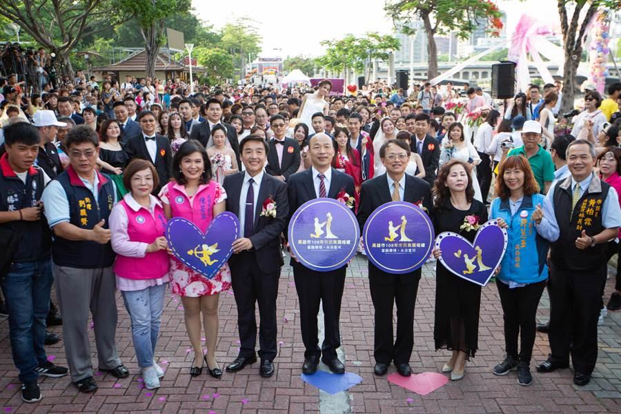 市長韓國瑜著正式西裝,出席愛河畔集團結婚證婚儀式,勉勵新人要遵守承諾、共同打拼。(袁庭堯攝)