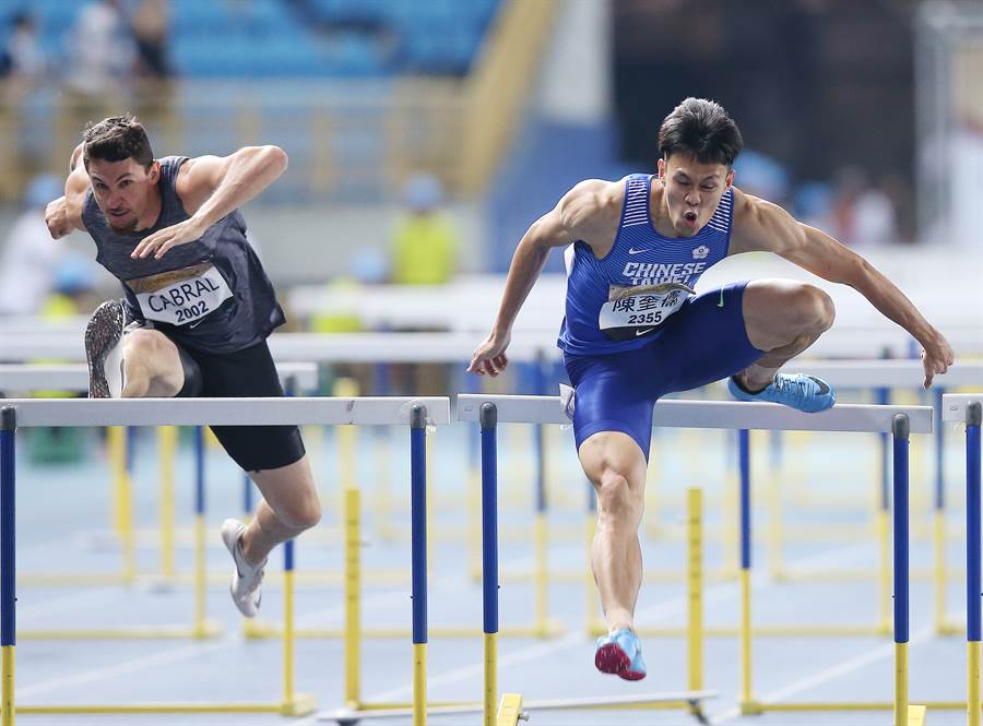 「台灣欄神」陳奎儒(右)在台灣國際田徑公開賽男子110公尺跨欄決賽,以破全國紀錄的13秒34奪金。(陳怡誠攝)