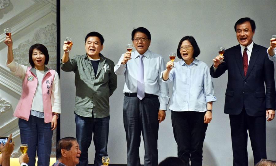 蔡英文(右二)總統出席屏東同鄉會聚會,期盼鄉親再給她4年、再做1任。(林和生攝)