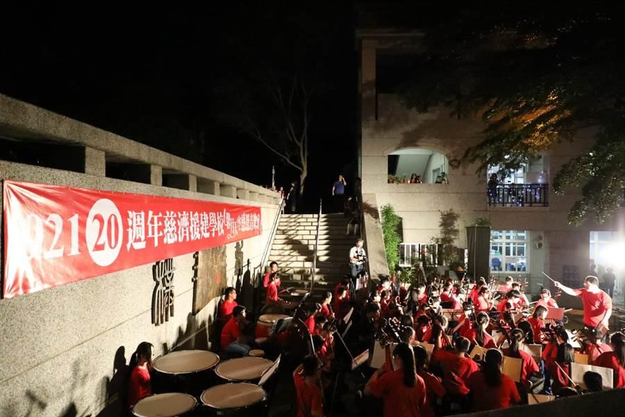 慈濟援建的8所學校,舉辦「馨月天空」感恩音樂會。(廖志晃翻攝)