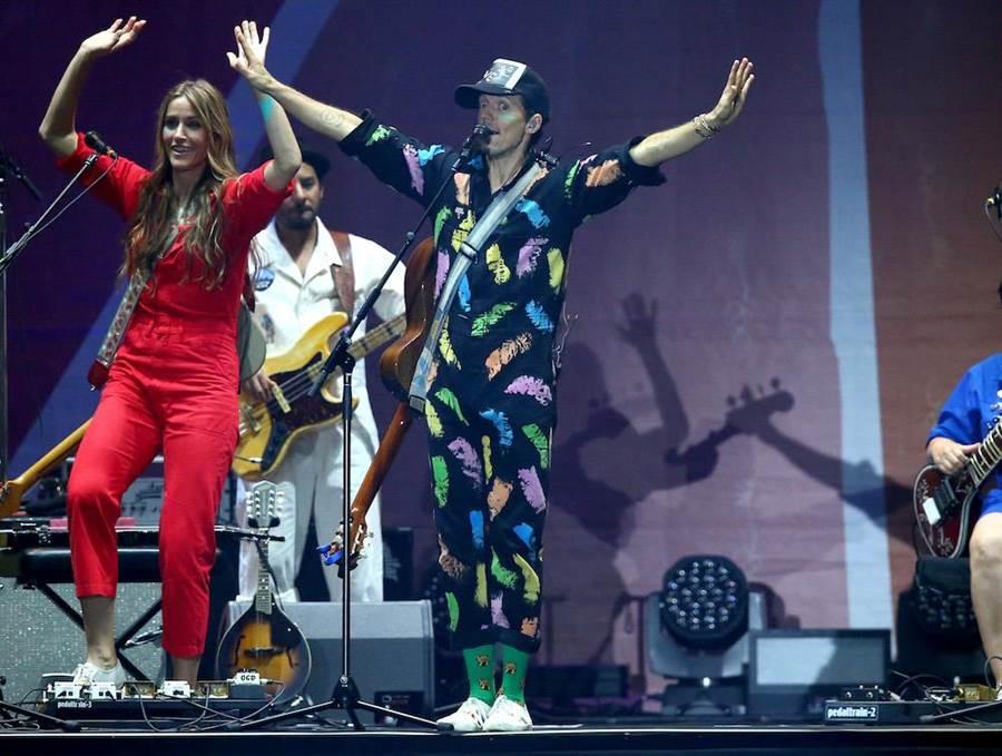 杰森玛耶兹在小巨蛋开唱,频频以中文问候台下歌迷。