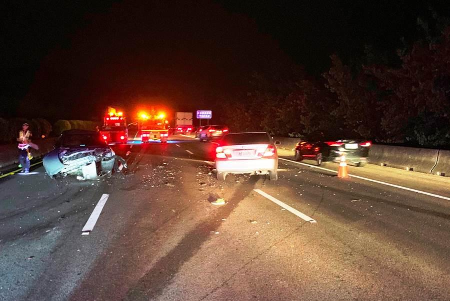 林男駕車自撞護欄後疑下車查看,不慎遭後方來車撞擊致死。(民眾提供)