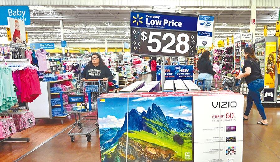 美國加州羅斯米德市一家沃爾瑪超級購物中心內,顧客正在選購商品。沃爾瑪表示,川普政府對中國大陸製產品加徵關稅,導致許多商品零售價上漲。(法新社)
