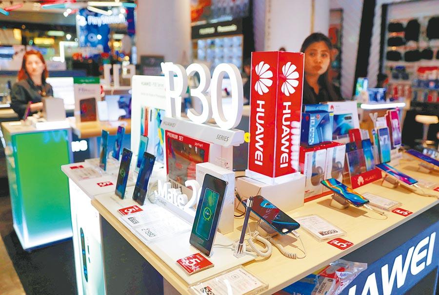 美國對華為祭出禁售令,對華為在全球的銷售帶來衝擊,圖為泰國曼谷一家購物中心展售華為的P30手機。(路透)