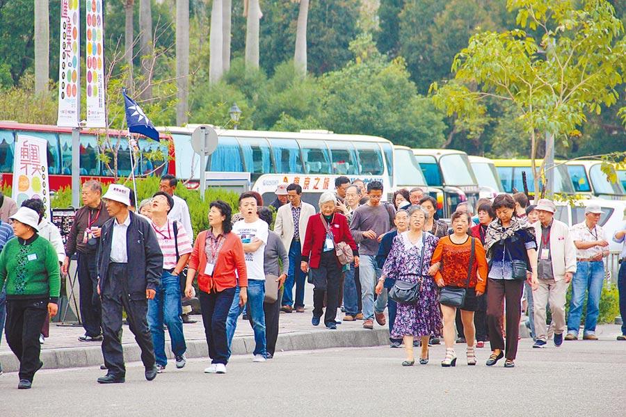 前交通部長陳建宇昨指出,蔡總統執政3年,台灣觀光已剩下半條命。圖為在國父紀念館參觀的陸客。(本報資料照片)