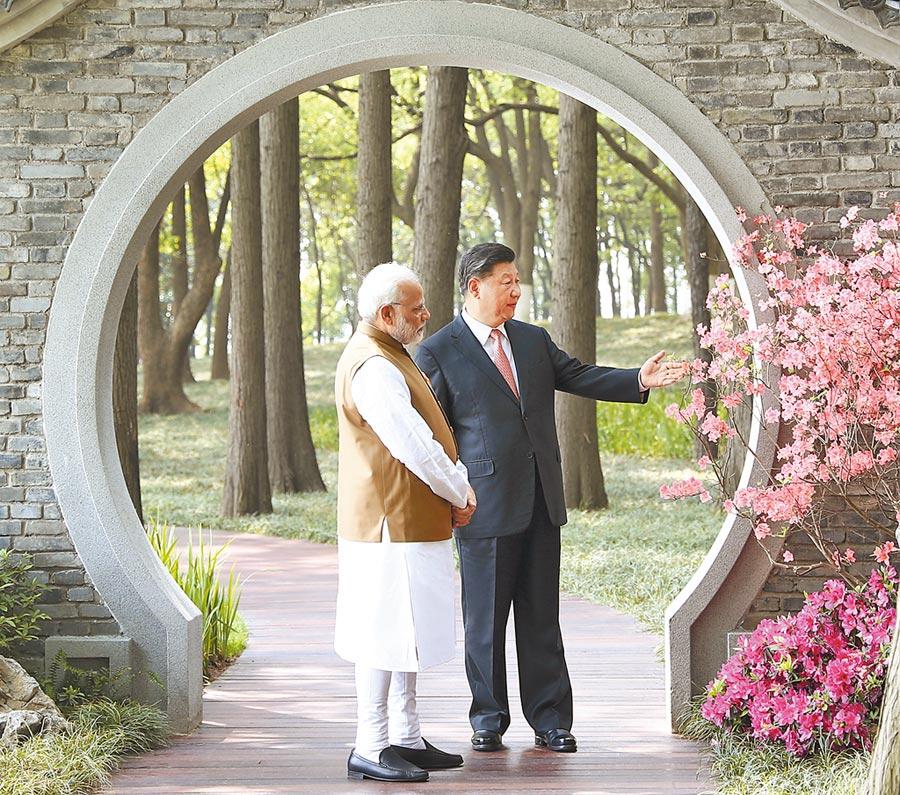 圖為習近平(右)和莫迪(左)去年在武漢舉行非正式會晤(新華社資料照片)。