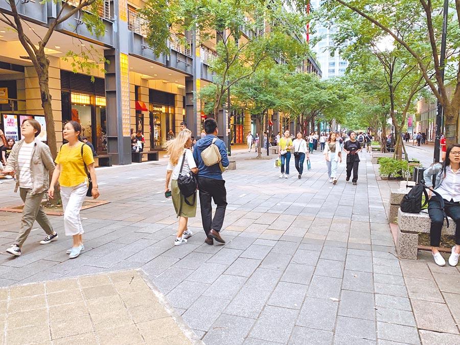 北市香堤廣場被畫設為禁菸區,議員許家蓓質疑相關宣導及告示牌不清楚,導致常有人違規抽菸被取締。(林縉明攝)