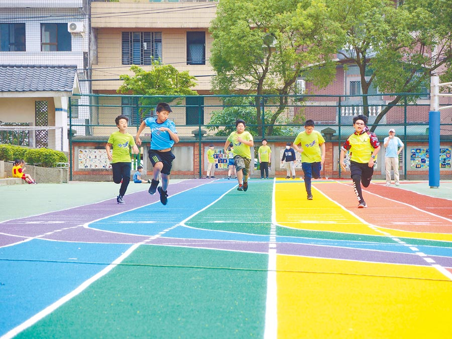 龍星國小的彩虹跑道是桃市首座200公尺標準環形跑道,校慶即將來到,學生們在跑道上賣力練習。(邱立雅攝)