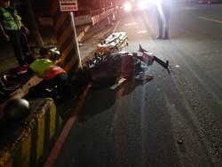 酒駕騎士撞到迴轉汽車 卡進電線桿與變電箱中