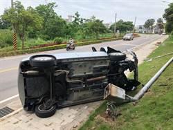 金門翻車意外 燈柱連根拔起駕駛幸運輕傷