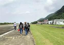 蘭嶼小飛機故障 乘客圓夢跑道漫步