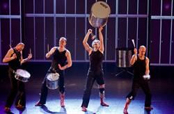 拿到什麼演什麼 荷蘭皮可沙打擊樂團向觀眾募集「樂器」