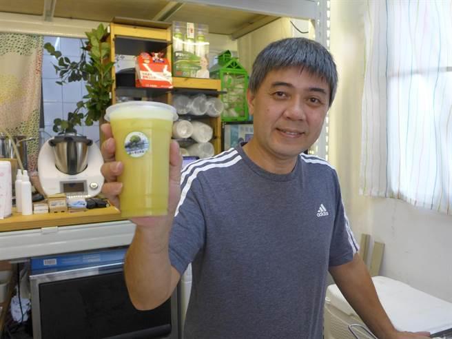 「鮮打帶皮檸檬汁」老闆林東彥標榜使用屏東九如生產的無毒檸檬,且要連皮打汁,才能吃到營養。(林欣儀攝)
