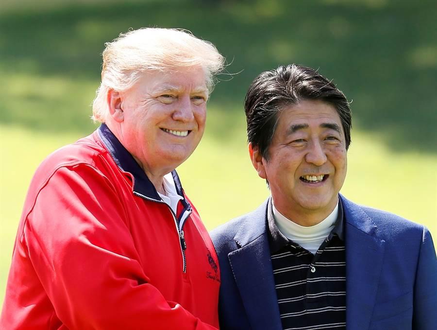 美國總統川普26日一早與日本首相安倍晉三赴千葉縣茂原市「茂原鄉村俱樂部」的高爾夫球場打小白球。(圖/路透社)