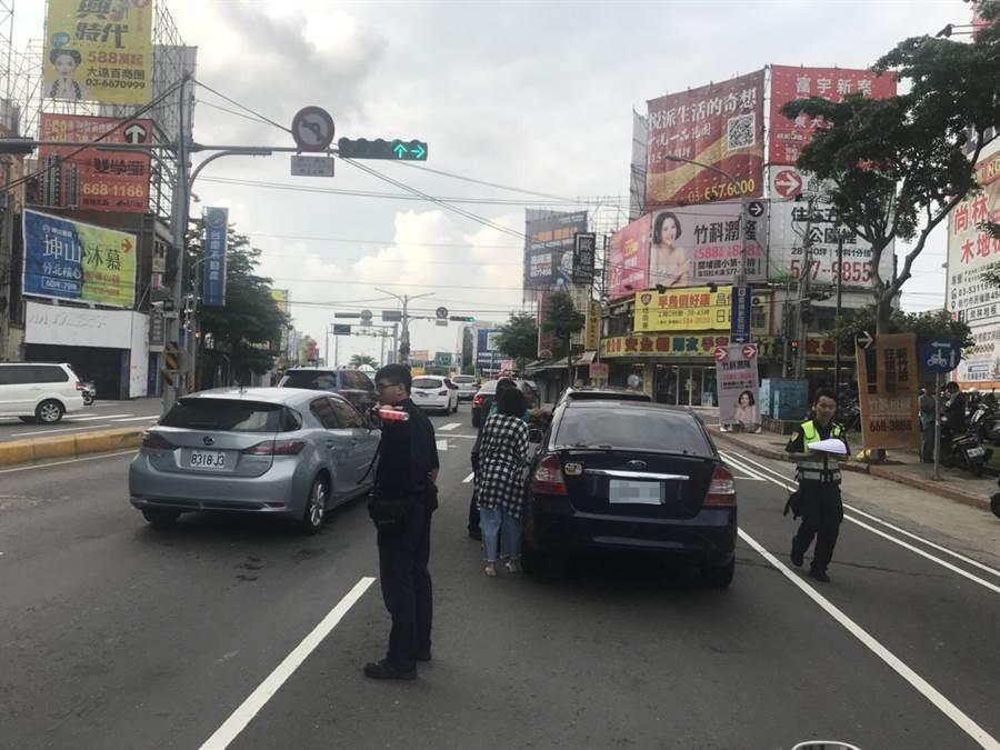 警方到場警戒,以免二次追撞。(徐養齡翻攝)
